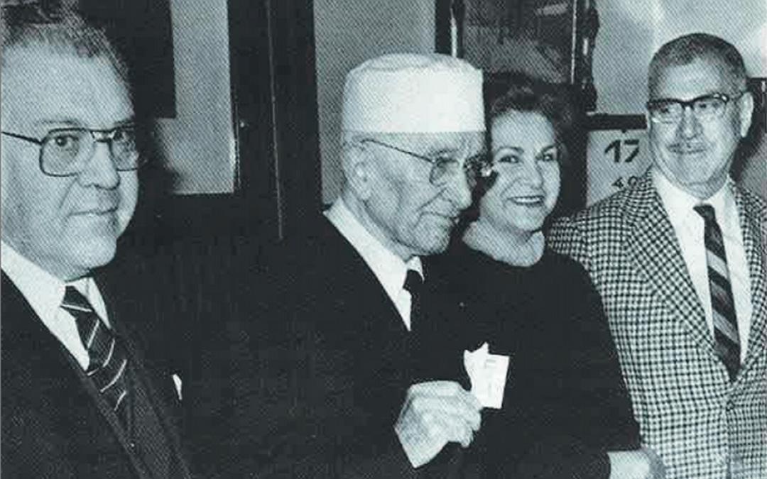 Con sus hijos y sosteniendo la foto de su hijo Rafael, fallecido. El arquitecto fue propuesto al Nobel.  / Archivo familia Leoz recogidas en el libro de Antonio Bergua Aznar 'Galo Leoz' (1990) Colección 'Los aragoneses'.