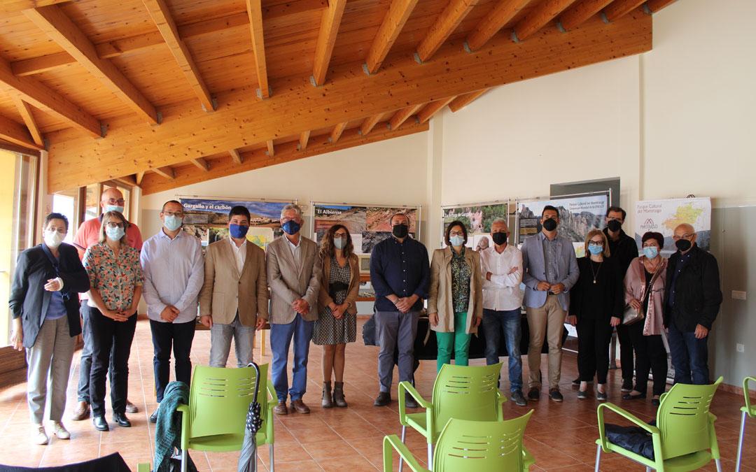 Foto de familia en la sala de exposiciones en torno a la Tortuga de Gargallo. / B. Severino