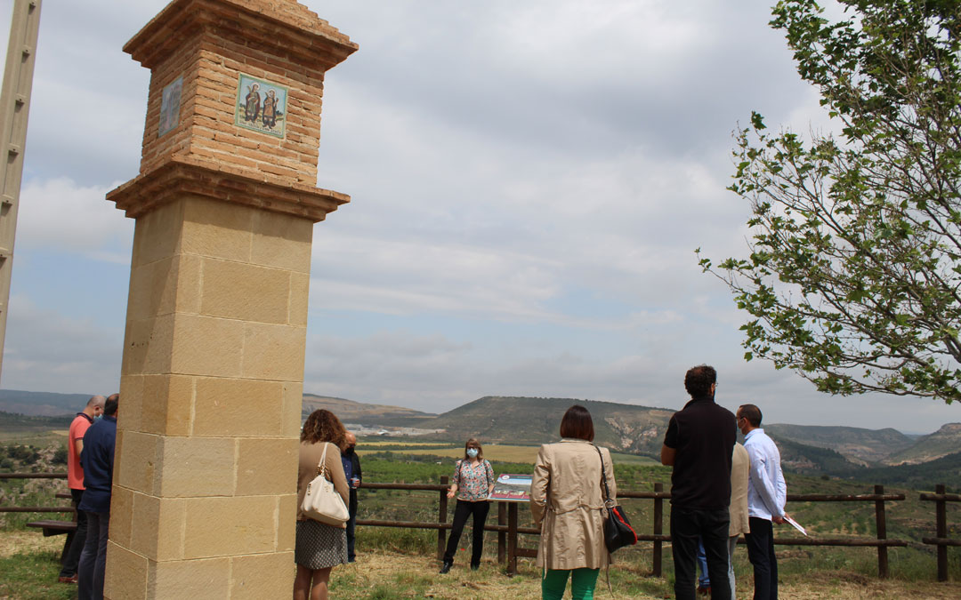 La técnico de Cultura y Turismo de la Comarca, Mª Ángeles Tomás, explicando los detalles del mirador y planes comarcales en este sentido. / B. Severino