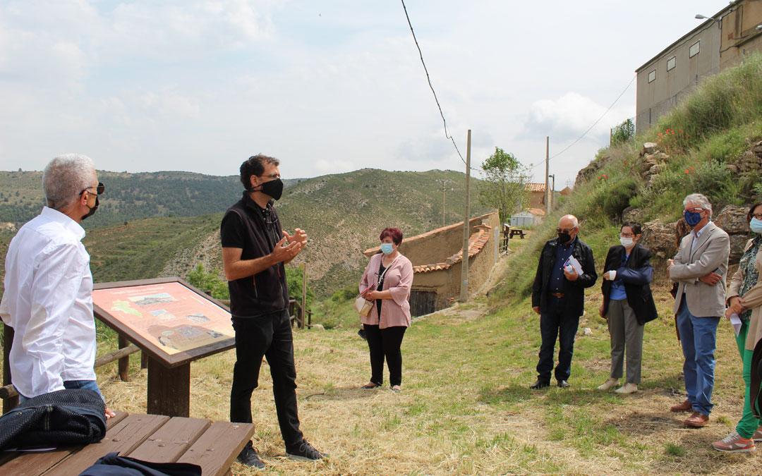 Atendiendo a las explicaciones del paleontólogo Luis Mampel en el punto de partida de la ruta senderista. / B. Severino