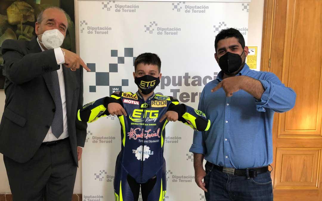 El piloto junto a Manuel Rando y Diego Piñeiro. Foto. DPT