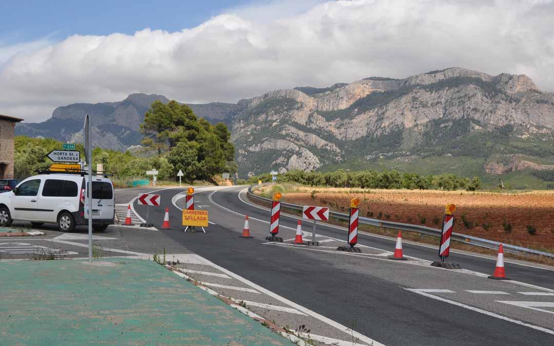 La carretera está cortada a partir del cruce con Horta de Sant Joan. J.L.