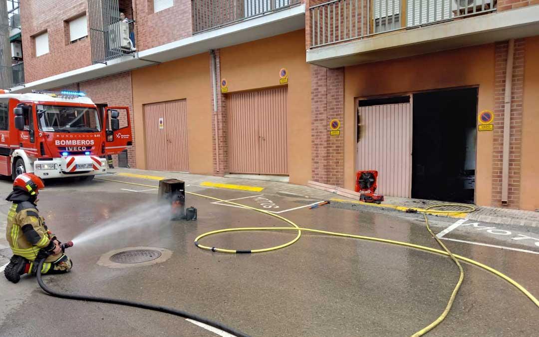 Un oficial y tres bomberos han intervenido en el incendio de un garaje en Alcañiz / Bomberos DPT