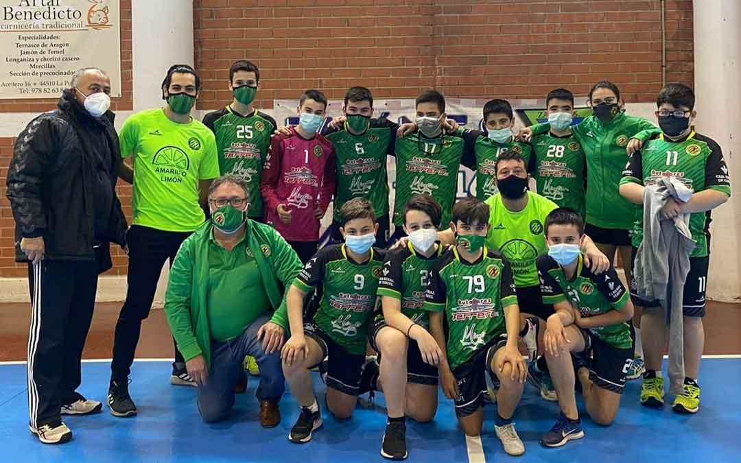 Plantilla y equipo técnico del Balonmano Alcañiz infantil. Foto. J.A.