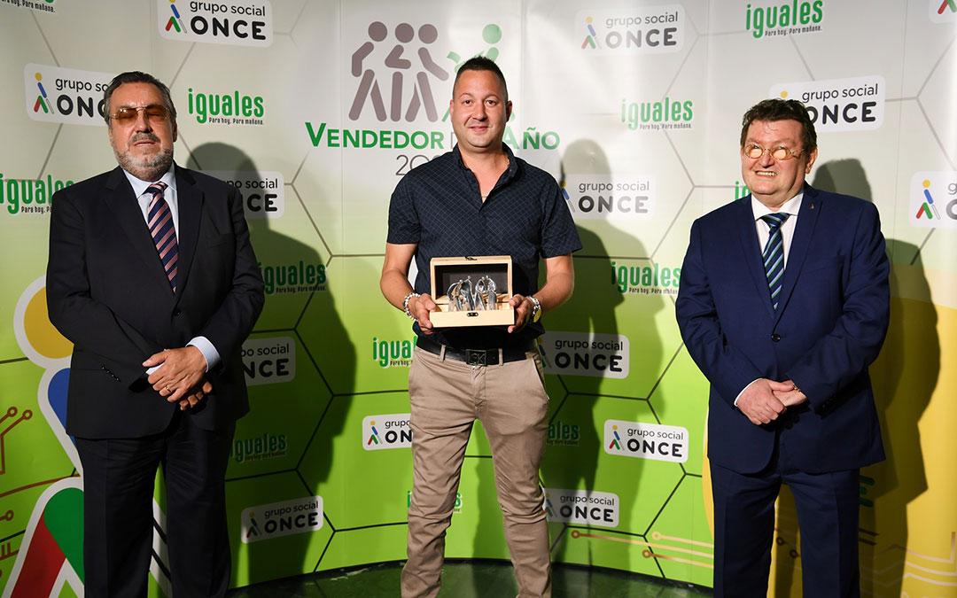 Iván Alonso sujeta su premio de la ONCE arropado por Miguel Carballeda y Ángel Sánchez. / ONCE
