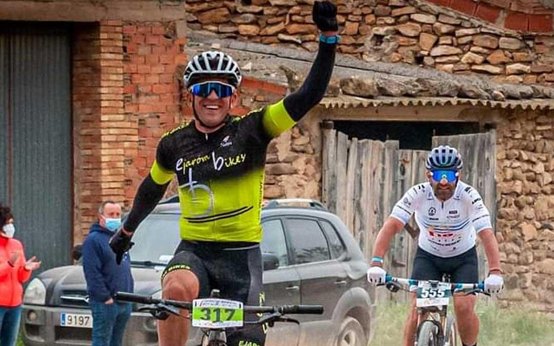 Iván Romero entrando vencedor en la línea de llegada. Foto. I.R.