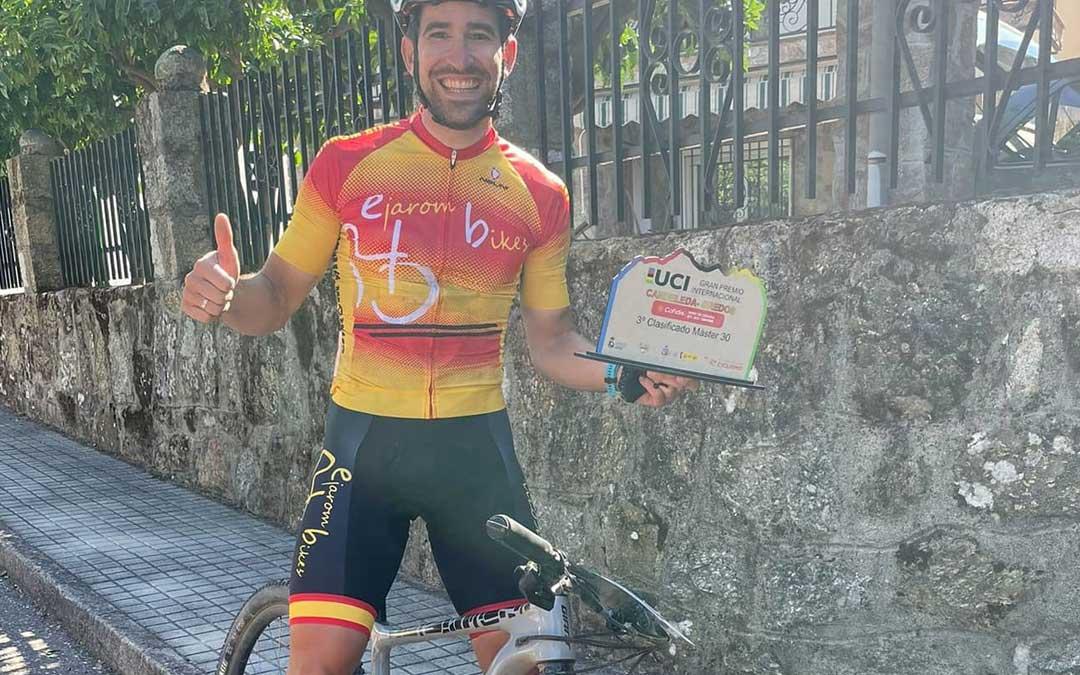 Iván Romero con el trofeo que le acredita como tercer clasificado. Foto. I.R.