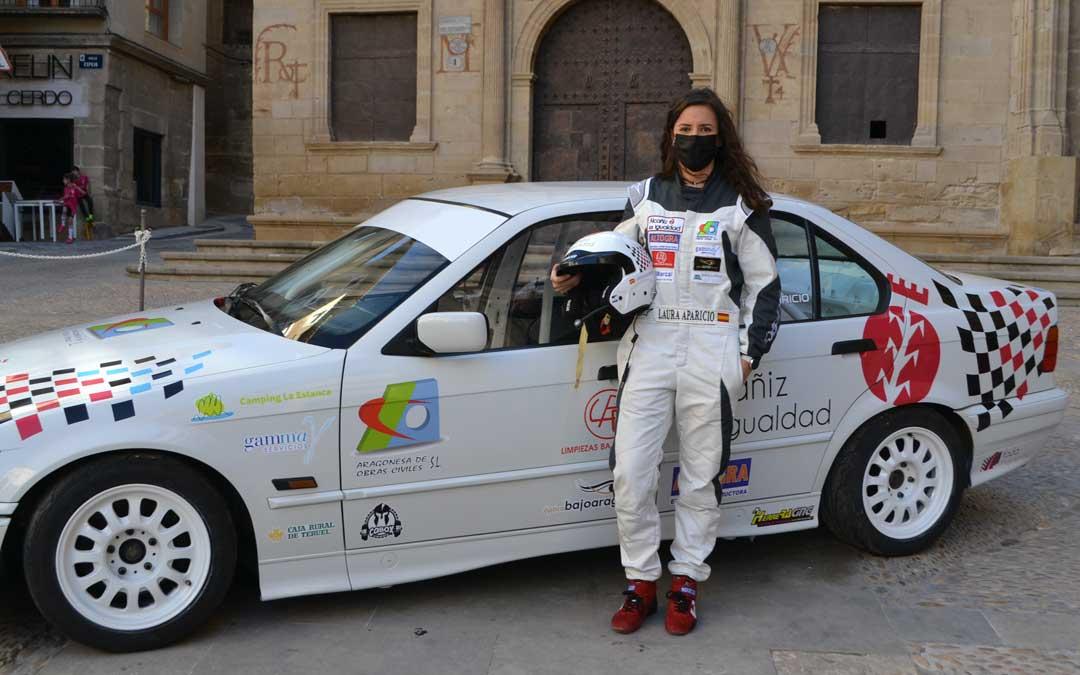 Laura Aparicio junto al BMW el día de su presentación en la plaza de España de Alcañiz. Foto. J.V.