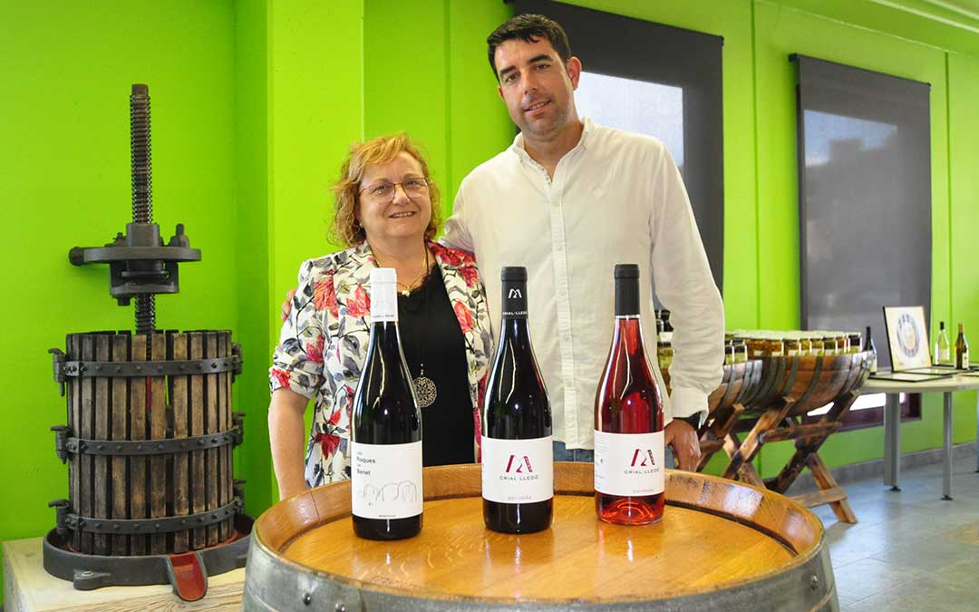 María Teresa Crivillé y Carlos Albesa, segunda y tercera generación de Bodegas Crial, muestran los tres vinos ganadores. J. L.