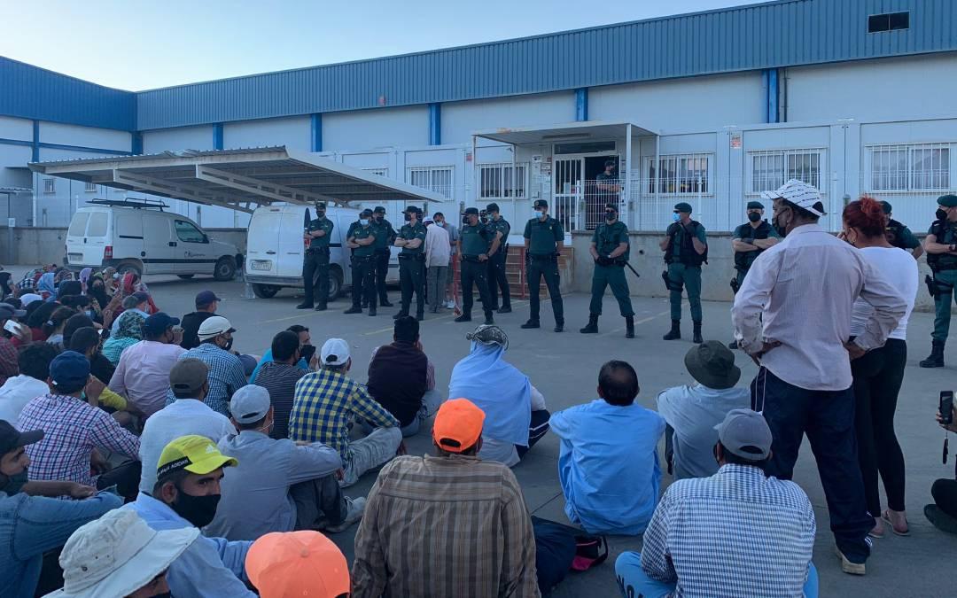 Los trabajadores protestaron este miércoles a las puertas de la empresa maellana./ Eduard Peralta