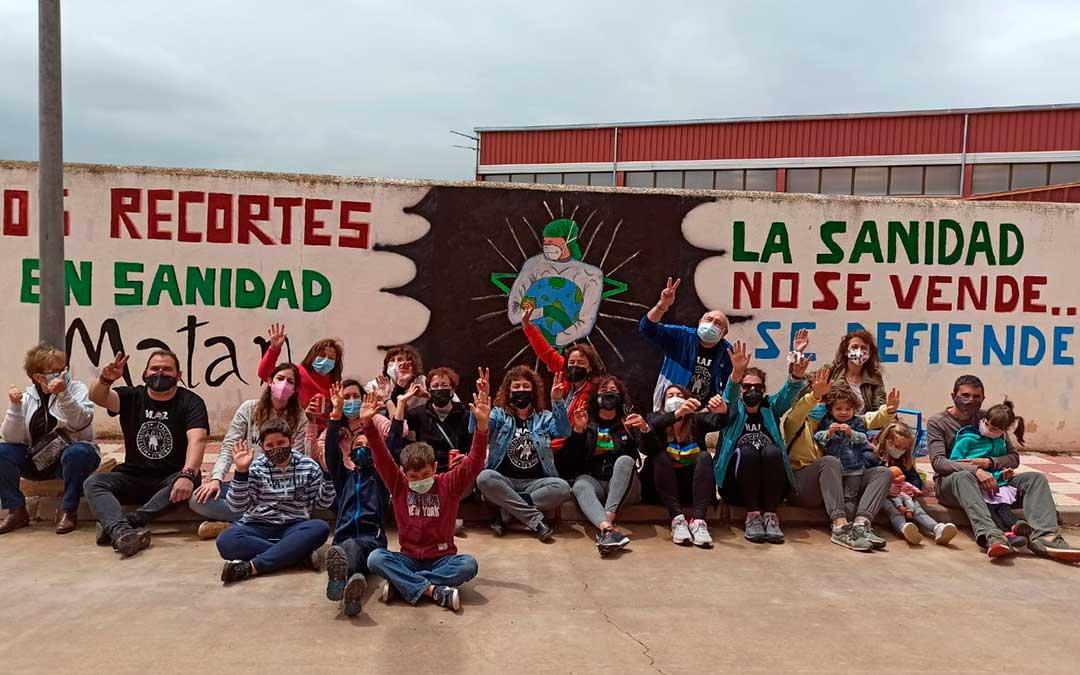 El nuevo mural se ubica en la zona de las piscinas. Vecinos de Cuencas Mineras posan junto a obra en la mañana del sábado./ M.A.R.
