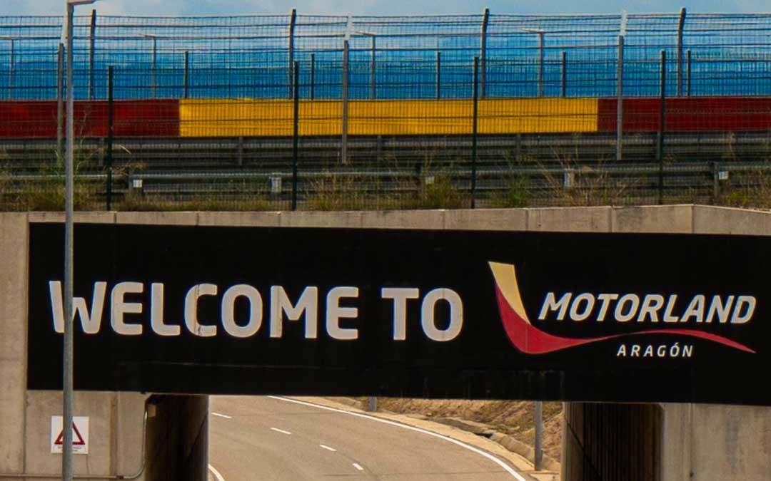 El puente que atraviesa la entrada hacia la zona de paddock del circuito de velocidad. Foto. Motorland Aragón