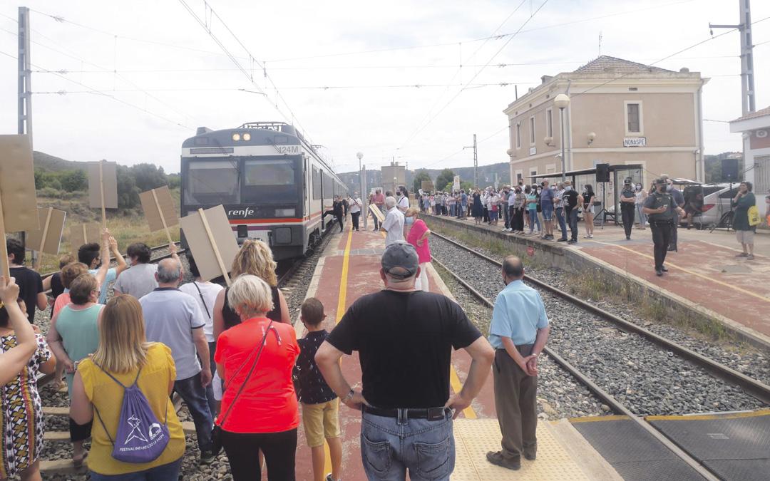 En Nonaspe los vecinos pararon el tren para protestar por los recortes. / AYTO. NONASPE