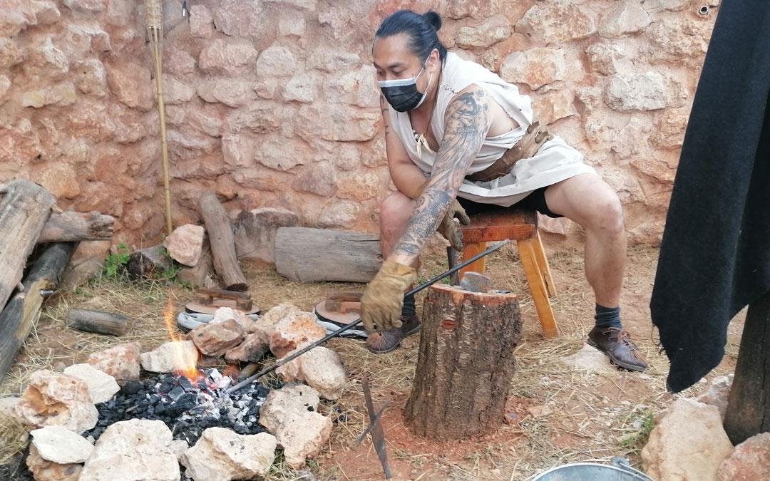 El herrero reparando una herramienta a la antigua usanza. / A. M. P.