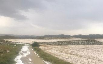 Una tromba de agua, viento y granizo daña campos e inunda las calles de Alacón y Oliete