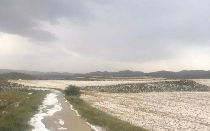 Una tromba de agua y granizo daña campos e inunda las calles en Oliete