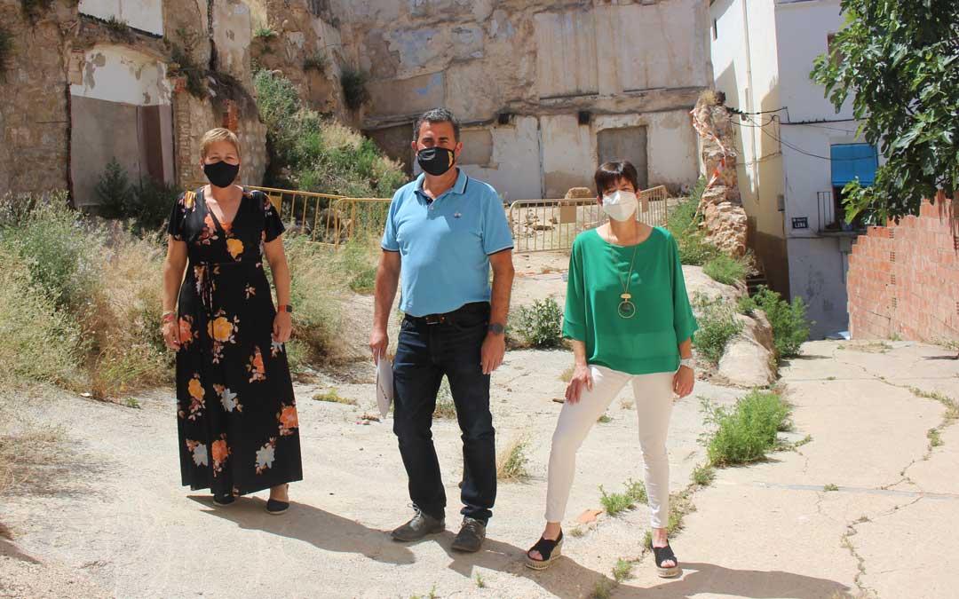 Los tres concejales del PAR denunciaron este lunes la «dejadez» de los solares públicos y las calles del casco antiguo de Alcañiz / L. Castel