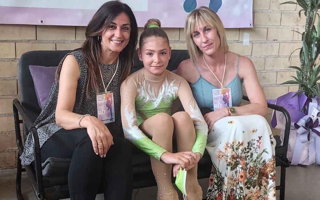 La patinadora en compañía de su entrenadora y la presidenta del club. Foto. I.R.