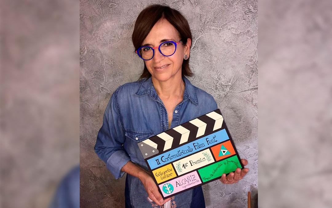 La artista Paz Benavente con el premio que ha creado./ Ayuntamiento de Alcañiz