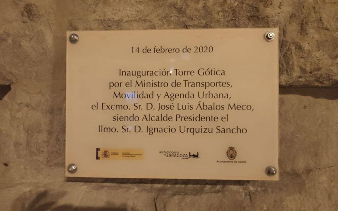 Placa que lucía la Torre Gótica desde su inauguración. / L. C.