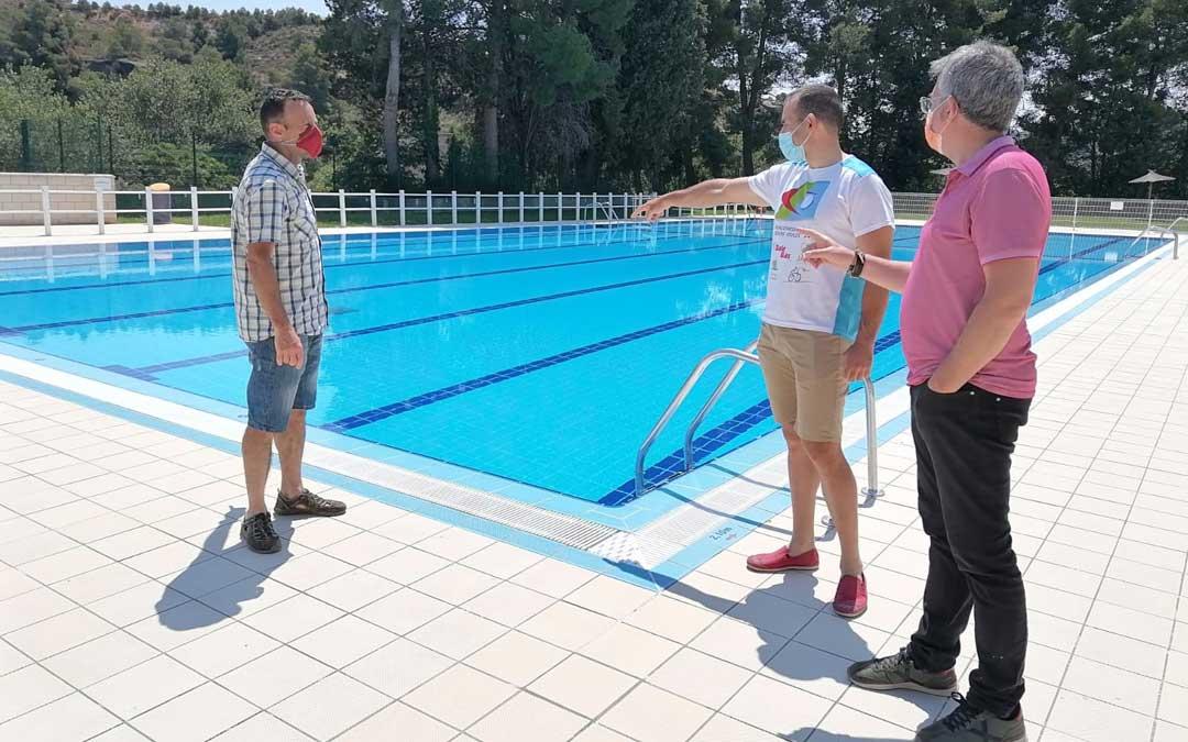 La presentación del triatlón tuvo lugar ayer en las piscinas municipales. Foto. A. M.