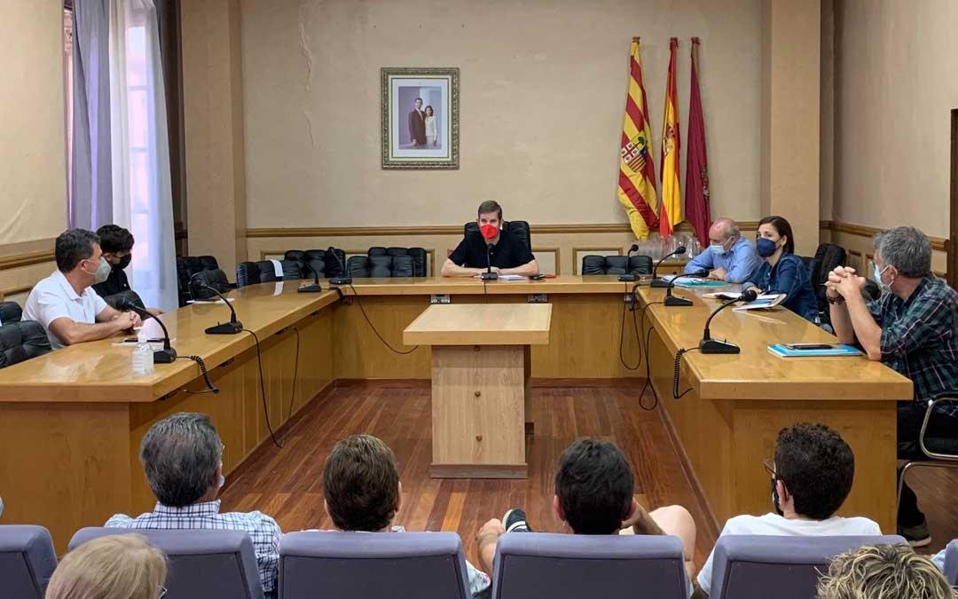 Foto de archivo de la reunión entre el alcalde y los portavoces municipales con los vecinos de Pui Pinos para hablar de la sentencia / Ayto. Alcañiz