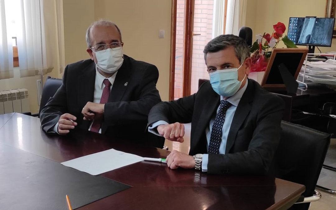 El presidente de la DPT, Manuel Rando y el director de negocio de Caja Rural de Teruel, Ángel Espinosa. Foto. DPT