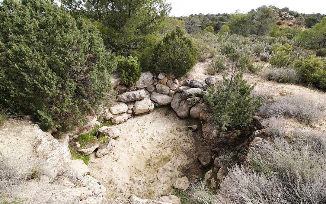 Detalles de pilas y balsetes que antaño se construyeron en el monte para almacenaje de agua de lluvia. / Laura Ígado Zapater