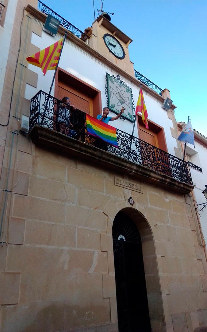 Samper de Calanda coloca la bandera LGTB en el balcón del Ayuntamiento./ Antonio Zapater -Majano-.