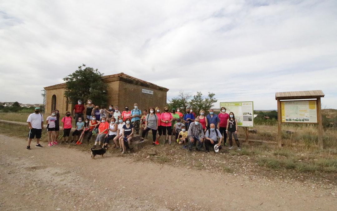 Vecinos de La Puebla y Samper en la parada de Samper de Calanda. / LAURA ÍGADO
