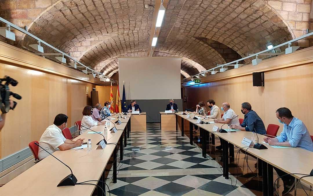 Soro se reúne con los alcaldes de los municipios afectados por los recortes ferroviarios./ DGA