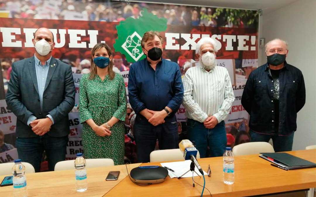 El diputado en el Congreso Tomás Guitarte -en el centro- acompañado de los senadores Beatriz Martín y Joaquín Egea -a su derecha- y de Manuel Gimeno y Domingo Aula, de la plataforma ciudadana Teruel Existe./ Heraldo