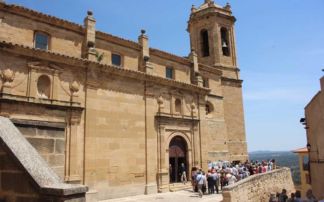 Aspecto exterior del conjunto de la iglesia y la torre del campanario de La Fresneda / L. Castel