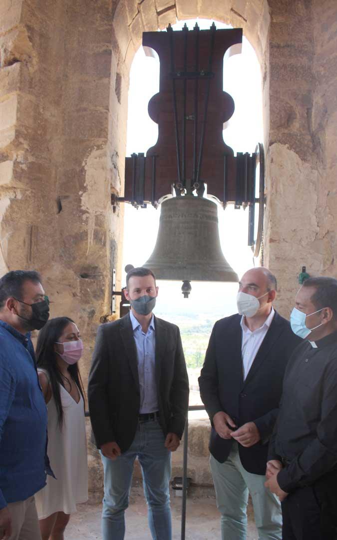 El alcalde, concejales, el cura y el diputado autonómico, este domingo en lo alto de la torre / L. Castel