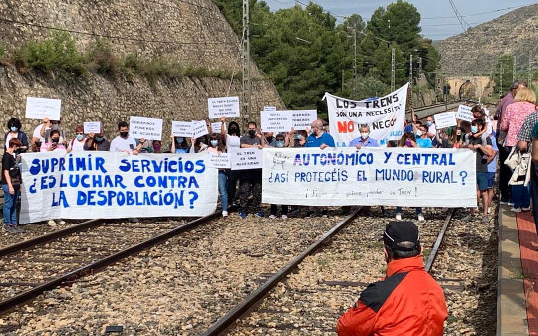 En algunas localidades como Fayón se ha obstaculizado el paso del tren. / IGNACIO GRACIA