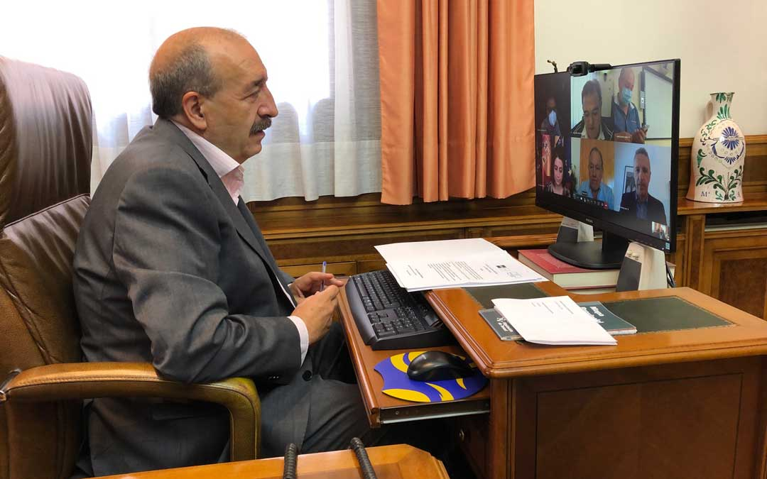 El presidente de la DPT, Manuel Rando, en la reunión de la UNED