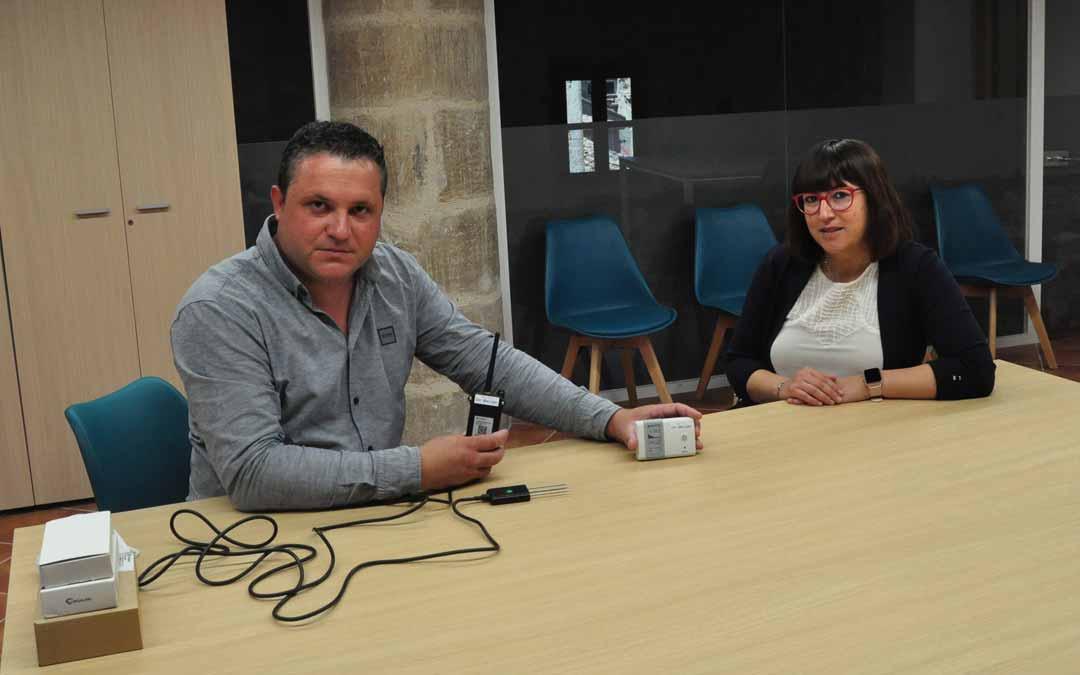 El director de Alternatic, Daniel Giner, junto a la alcaldesa de Valjunquera, Susana Traver. Javier de Luna.