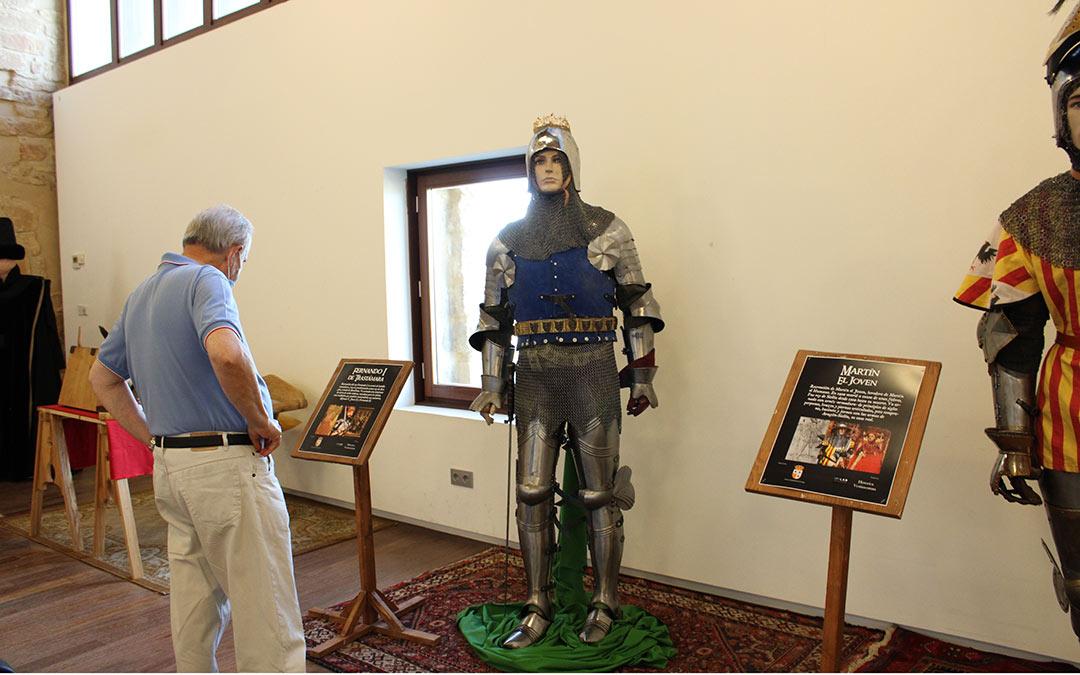 Un visitante observando las armaduras en la exposición. Imagen: Pilar Sariñena