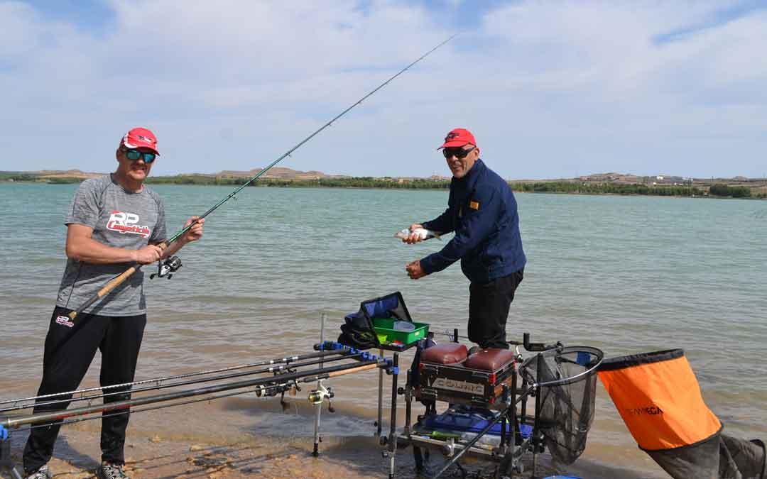 Fernando Bosque y David Sánchez con una de las piezas capturadas. Foto. J.V.