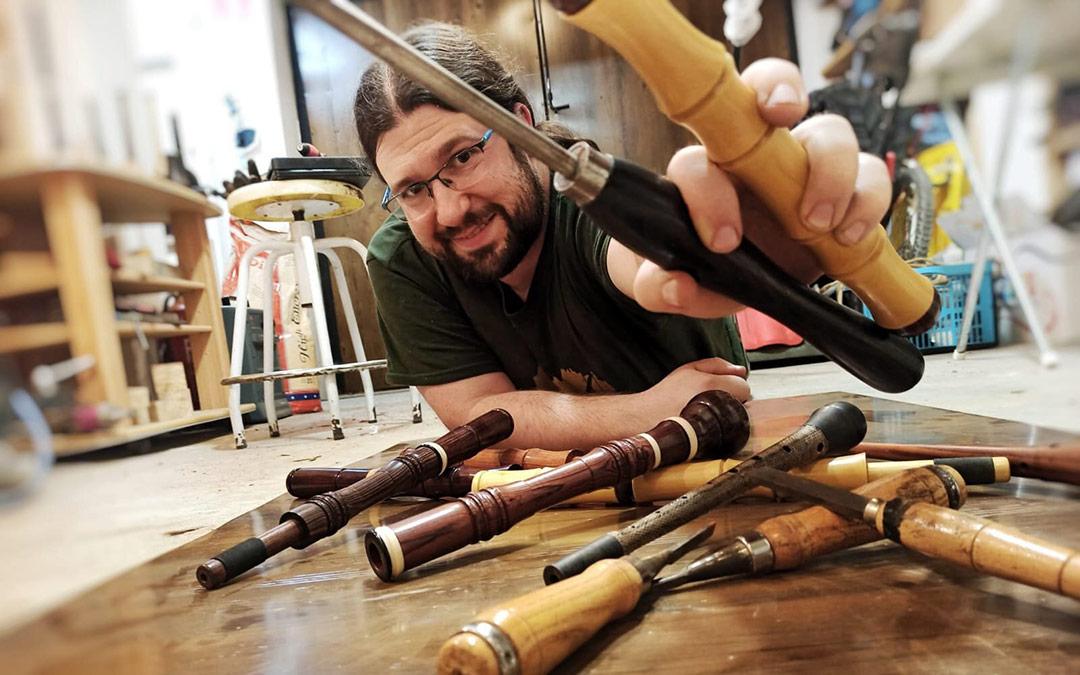 Pablo Morales es escultor, músico y lutiher caspolino / Pablo Morales