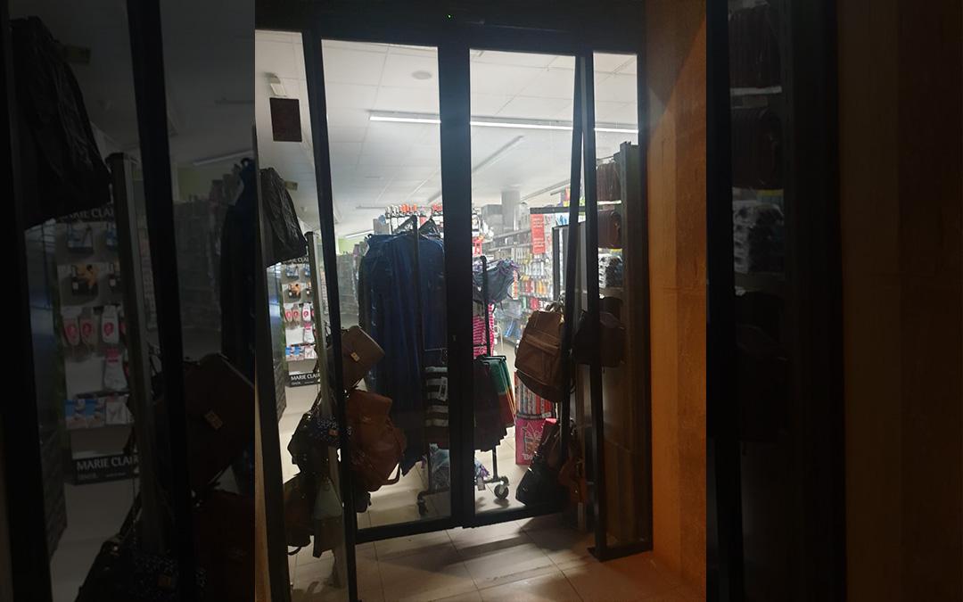 Los delincuentes forzaron las puertas automáticas del establecimiento para entrar./ L.C.