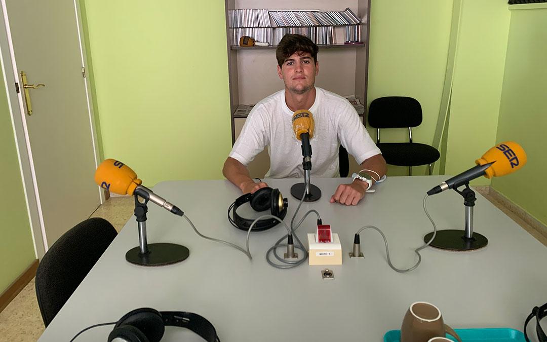 El ex-capitán del CD Caspe, Javi Muniesa, en Radio Caspe / Eduard Peralta