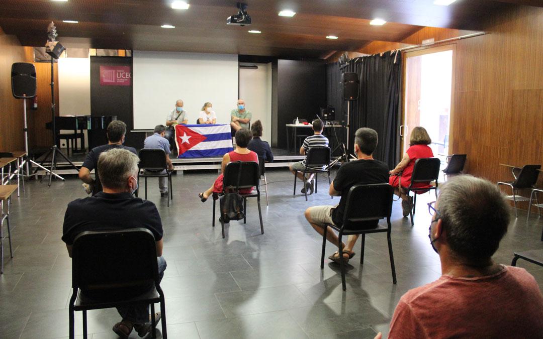 Janet Cotarelo dio la charla en el Liceo arropada por José María Martínez y Alfredo Soldevilla. / B. Severino