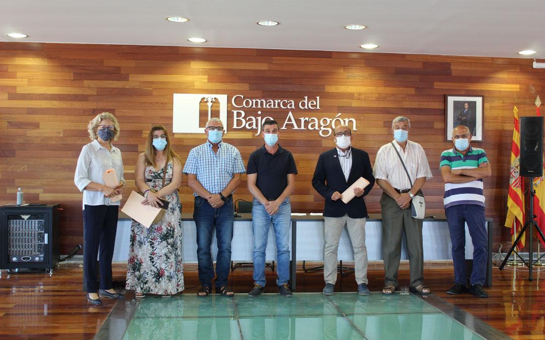 Presidente y vicepresidente de la Comarca, junto a los representantes de entidades firmantes como AECC, AFEDABA, ASAPME, ABATTAR y ATADI. / B. Severino