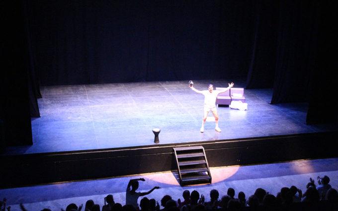 Público en pie para aplaudir a Rafa Maza en el cierre del Mes de la Comedia de Alcañiz