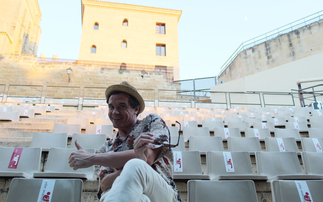 Rafa Maza, en el anfiteatro Pui Pinos antes de poner en escena a Fabiolo y el resto de personajes de 'Fabiolo Connection' en el Mes de la Comedia 2021. / B. Severino