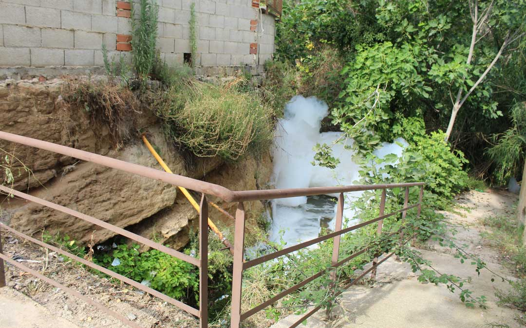 La espuma saliendo en el Escorredor del Mangón en su desembocadura al río Guadalope en Alcañiz junto al arco de San Antonio. / B. Severino
