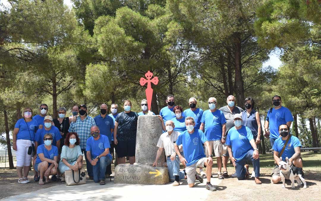 Foto de grupo de los Amigos del Camino de Santiago con la escultura / Asociación