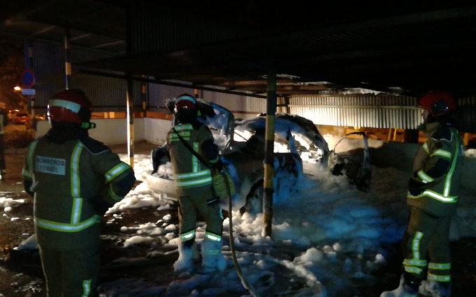 Arde el coche de una médico en el parquin del centro de salud de Andorra