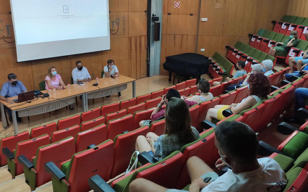 Reunión entre el Ayuntamiento y vecinos de la calle Belmonte para informar del proyecto de reforma. / Ayto. Andorra